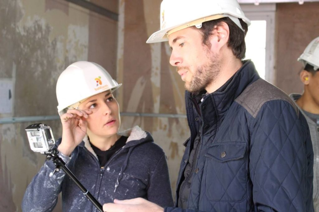 femme et homme avec casque sur un chantier